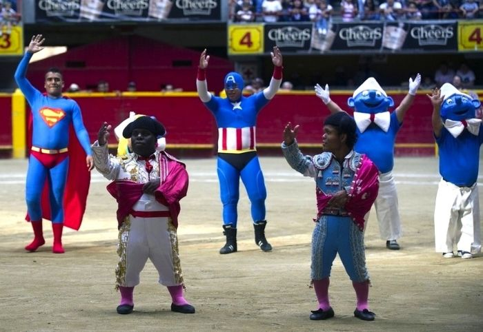 Карлики-тореро в костюмах супер-героев