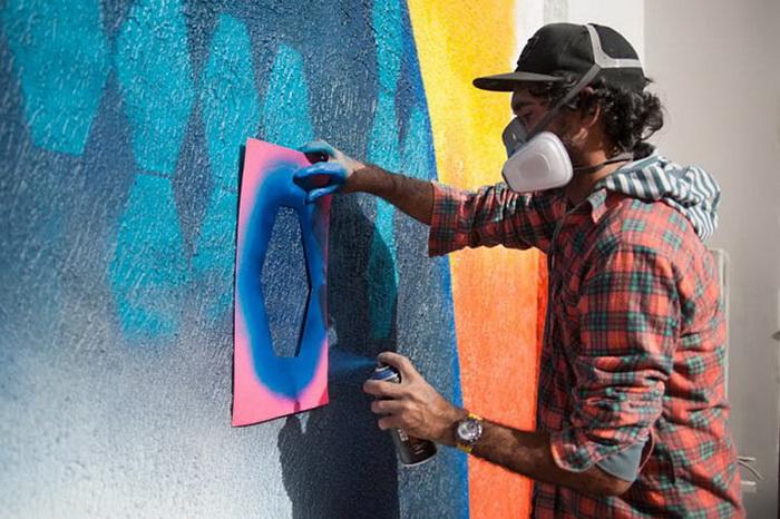Эдуардо Кобра (Eduardo Kobra) в процессе работы над рисунком
