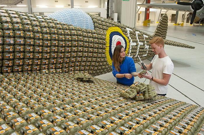 Скульпторы Джек Мунро и Шарлотта Остен собрали макет истребителя из 6,5 тысяч картонных коробок