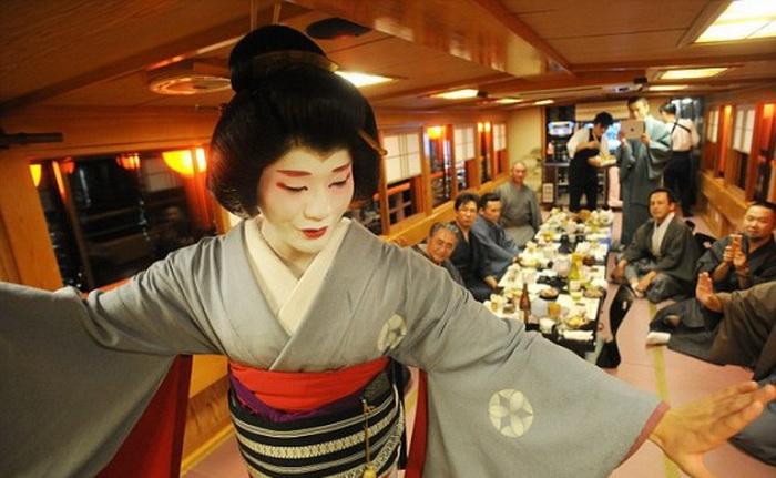 Для своих выступлений Эйтаро надевает женское кимоно