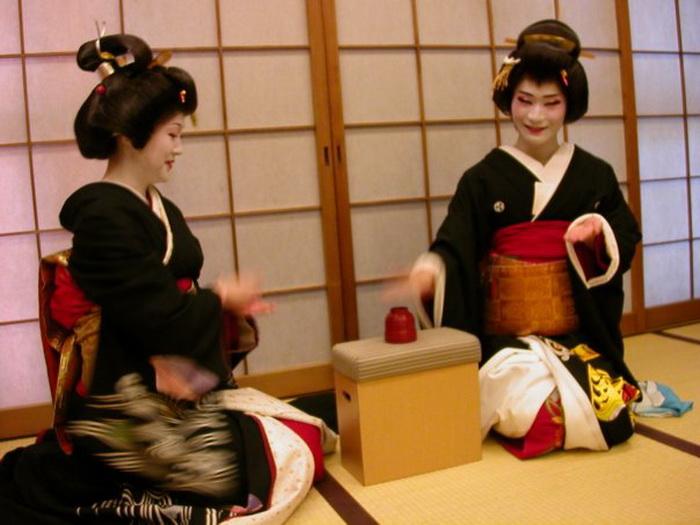 Эйтаро мастерски проводит чайную церемонию