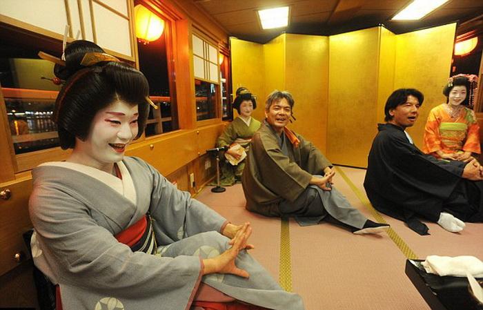 Эйтаро и еще шесть гейш, которые работают с ним