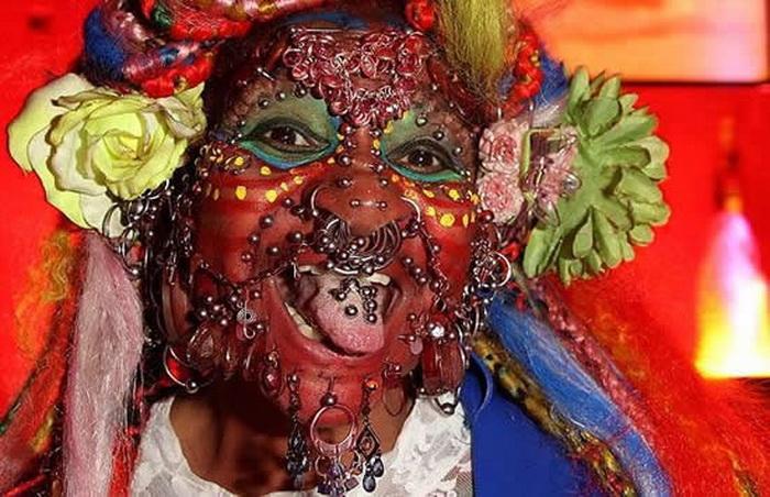 Тысячи серег украшают лицо и тело Илэйн Дэвидсон