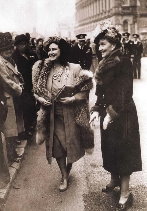 Будущая королева-мать Елизавета во время визита в Кливден в 1930-е годы.