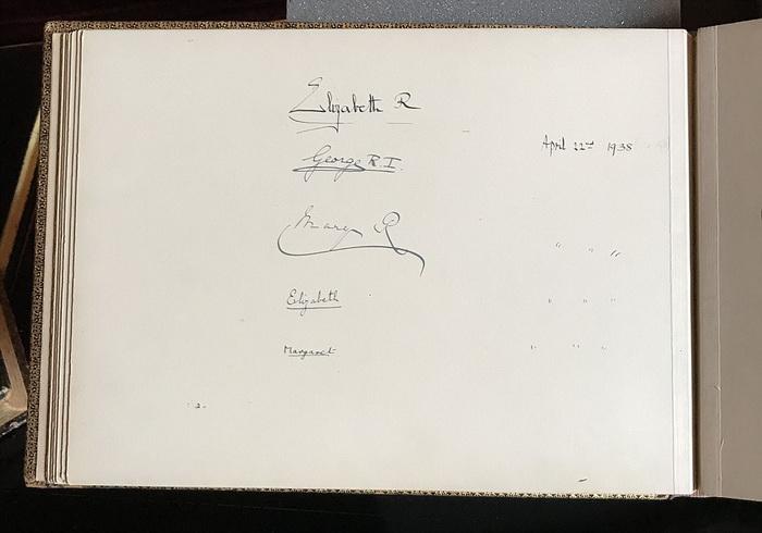 Запись о посещении больницы королевской семьей сделана 22 преля 1938 года.