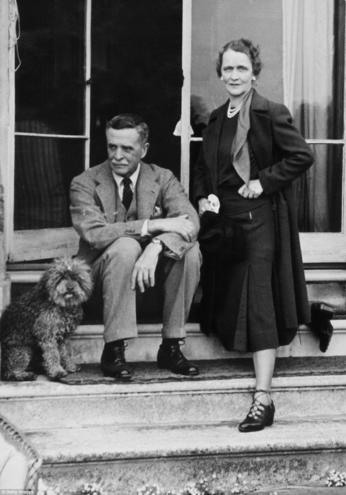 Нэнси Астор с супругом Уильямом Уолдорфом Астором на крыльце своего дома. Фото сделано ок 1938 года.