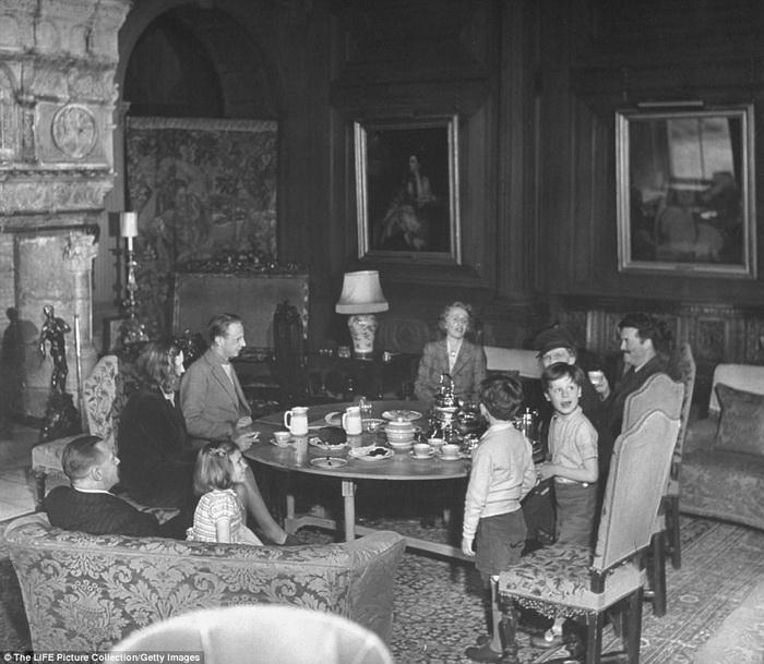Нэнси Астор устраивает домашнее чаепитие.