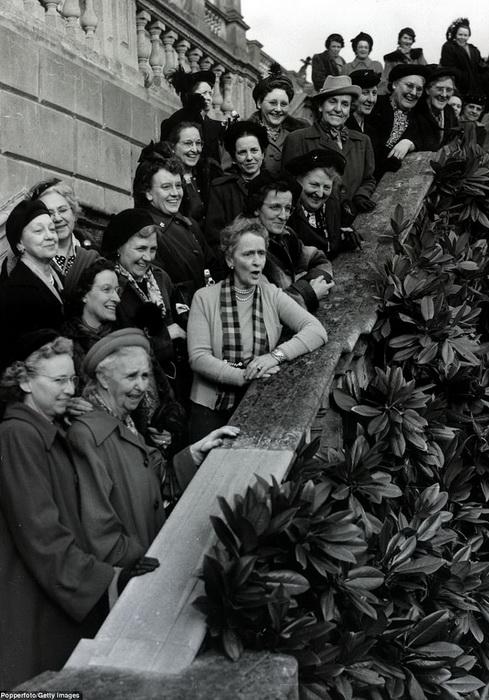 Виконтесса Астор запечатлена в окружении жен фермеров, которые вышли на публичные акции в защиту своих прав. Фото сделано в 1949 году на ступенях Кливдена.