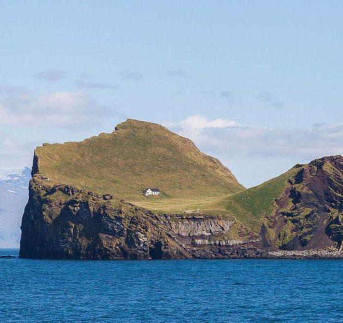 Крохотный домик на неприступном острове.