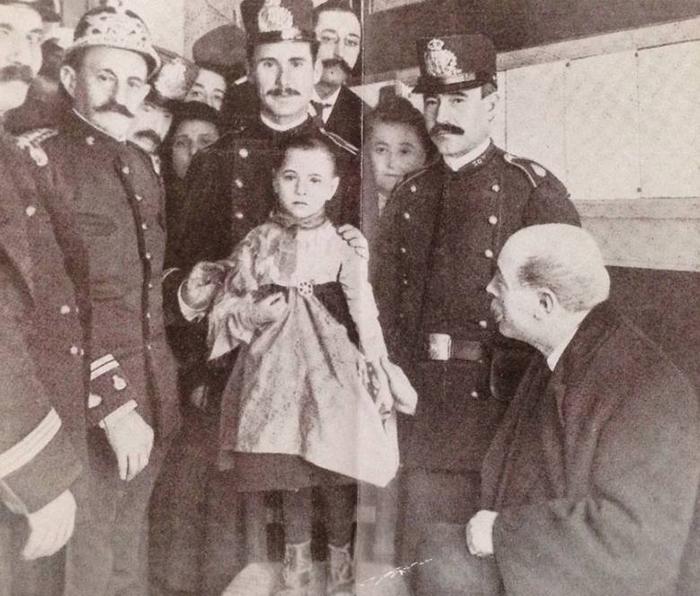 Полицейские с выжившей свидетельницей Тереситой Гитарт