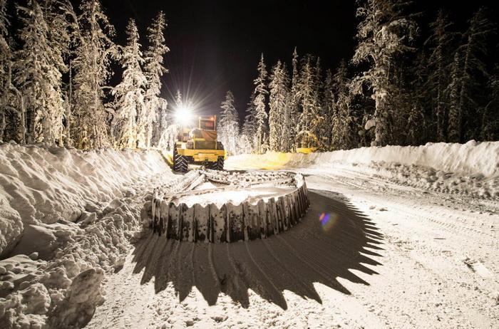 Трактор расчищает дорогу