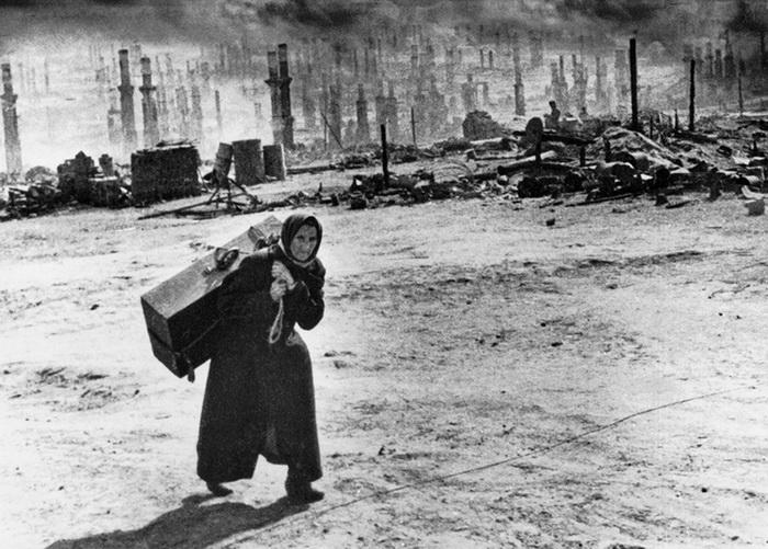 Исход, после 18 июня 1942 года. Фото сделано в Мурманске после бомбежки.