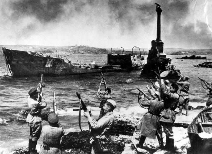 Севастополь, 9 мая 1944 года. Салют в честь освобождения.