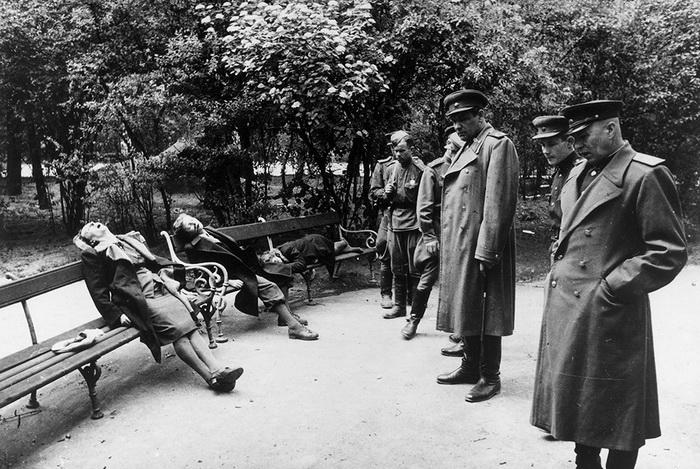 Вена, парк у здания парламента, апрель 1945 года. Фашист, не пожелавший сдаться в плен советским войскам, расстрелял семью и покончил с собой.