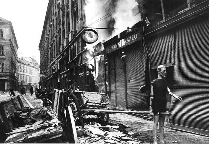 На улицах разбомбленной Вены, апрель 1945 года.