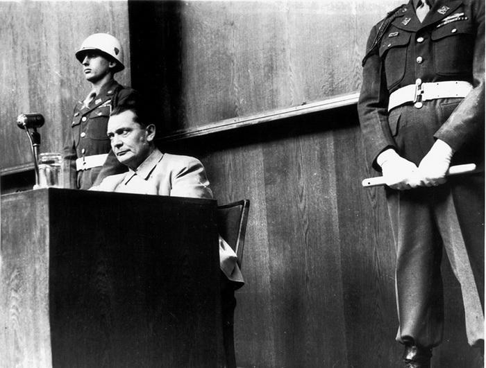 Герман Геринг на трибуне. Нюрнбергский процесс, 1946 год.