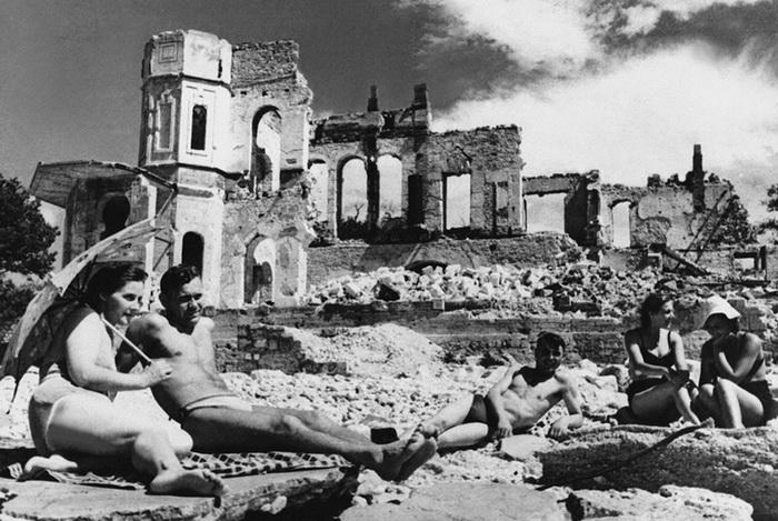 Снова жизнь! Первые отдыхающие в освобожденном Севастополе, 9 мая 1944 года.