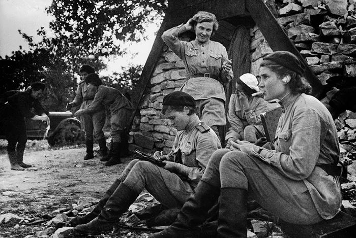 Летчицы 46-го женского авиаполка. Редкие минуты тишины. На переднем плане Надежда Попова и Ирина Себрова, сентябрь 1943 года.