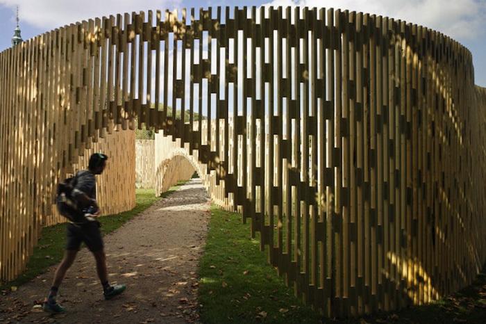 Для создания павильона потребовалось 3000 деревянных брусков