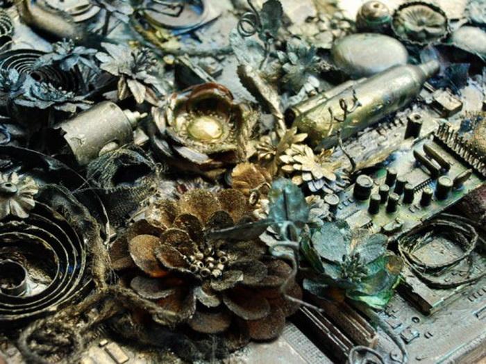 Скрапбукинг от Анны Дабровски: искусственные цветы и детали от старых компьютеров