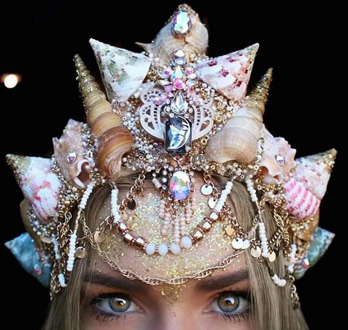 Для создания короны использованы ракушки, кристаллы и золотая бижютерия