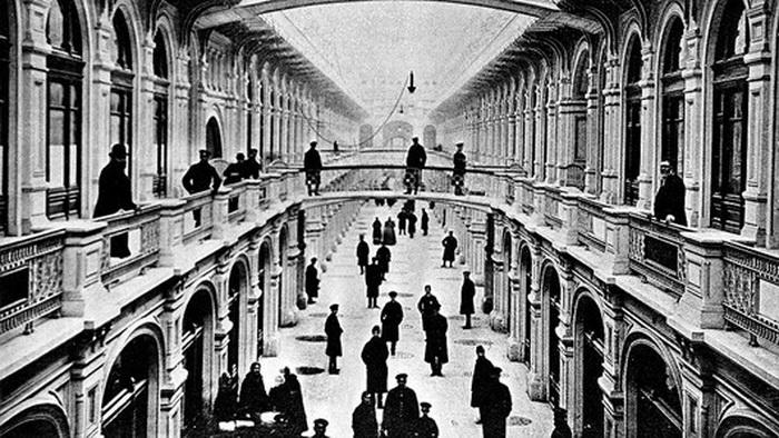 В 1920-50-х годах торговля в части ГУМа была прекращена