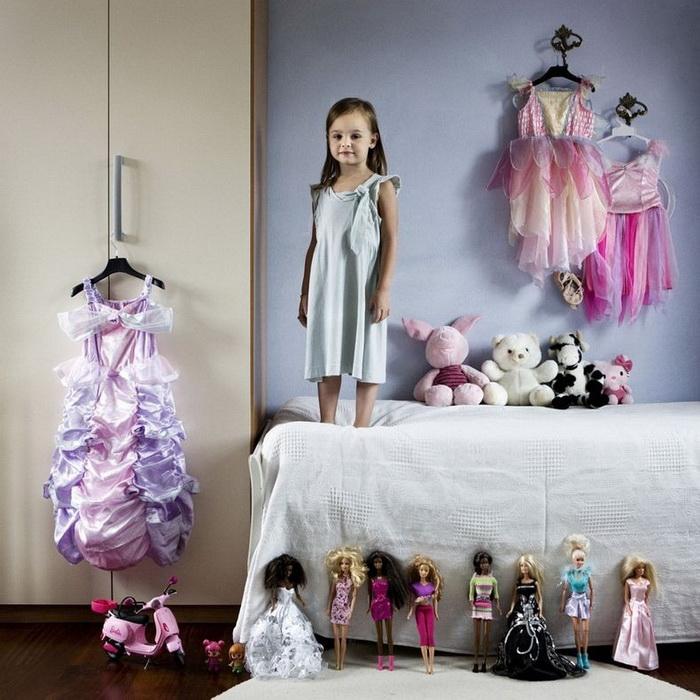 """Маленькая итальянка с коллекцией платьев и кукол Барби. Проект """"Toy Stories"""" Габриэле Глимберти"""