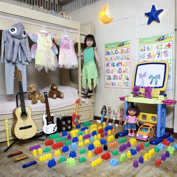 "Лего-девочка из Филиппин. Проект ""Toy Stories"" Габриэле Глимберти"