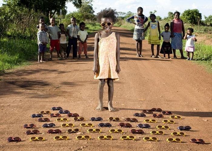"""Лучшие игрушки - солнечные очки (Замбия). Проект """"Toy Stories"""" Габриэле Глимберти"""