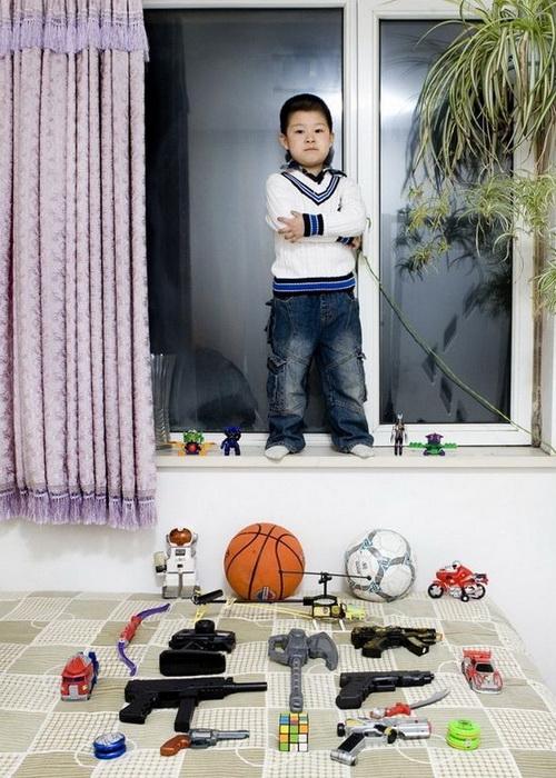 """Оружейный арсенал парня из Китая. Проект """"Toy Stories"""" Габриэле Глимберти"""