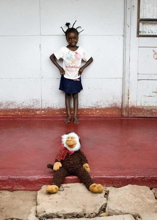 """Подрастающая красотка из Ботсваны с любимой мягкой игрушкой. Проект """"Toy Stories"""" Габриэле Глимберти"""