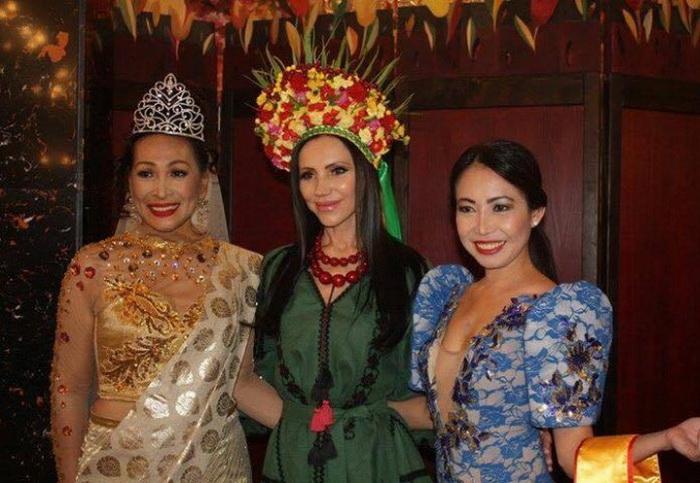 Одесситка Светлана Гасс с другими участницами конкурса красоты.