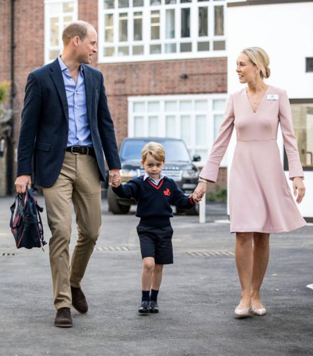 Принц Джордж в сопровождении отца Уильяма Кембриджского и директора школы Элен Хаслем.