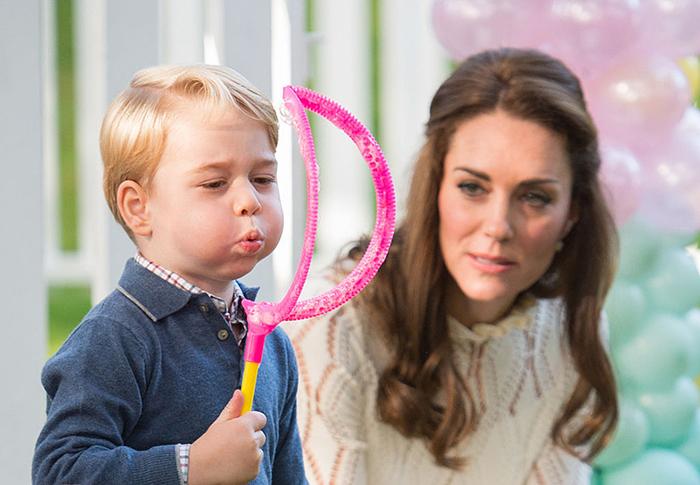 Принц Джордж с мамой Кэтрин Кембриджской.