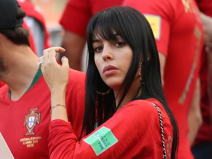 Помолвочное кольцо на безымянном пальце Джорджины Родригес.