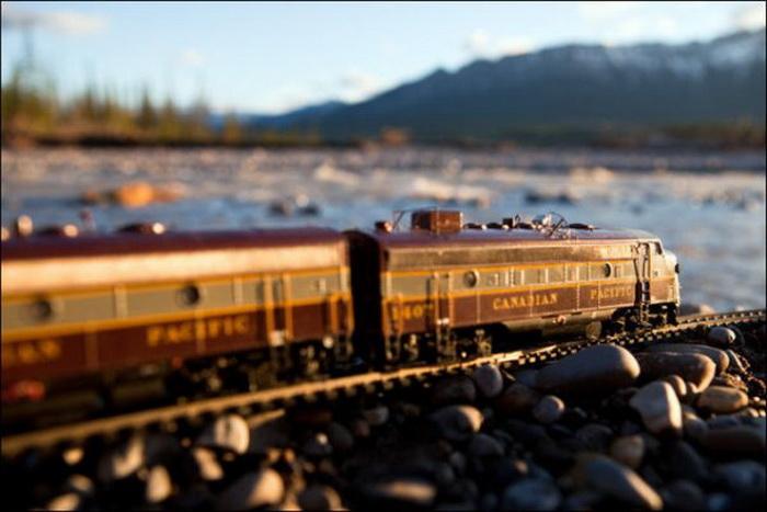 Игрушечный поезд путешествует по Канаде. Фотопроект Джеффа Фрисена