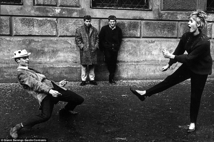 Снимок сделан у Выставочного дворца в Риме, 1965 год. Фотограф: Gianni Berengo Gardin