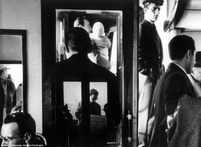 В вапоретто, 1960 год. Фотограф: Gianni Berengo Gardin