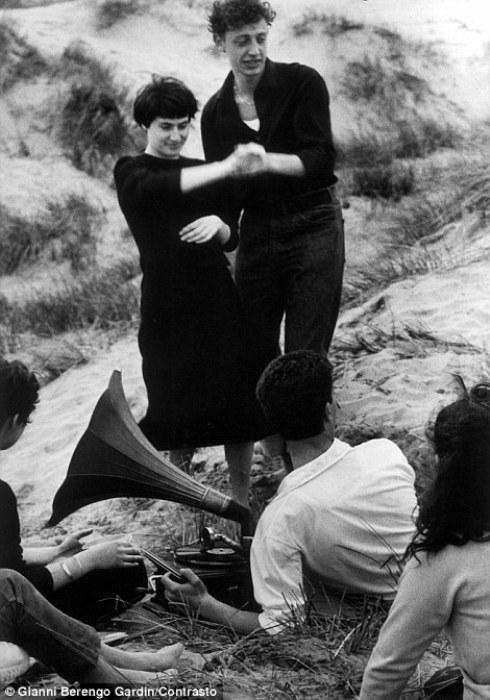 Снимок сделан на островах Лидо, Венеция, 1958 год. Фотограф: Gianni Berengo Gardin