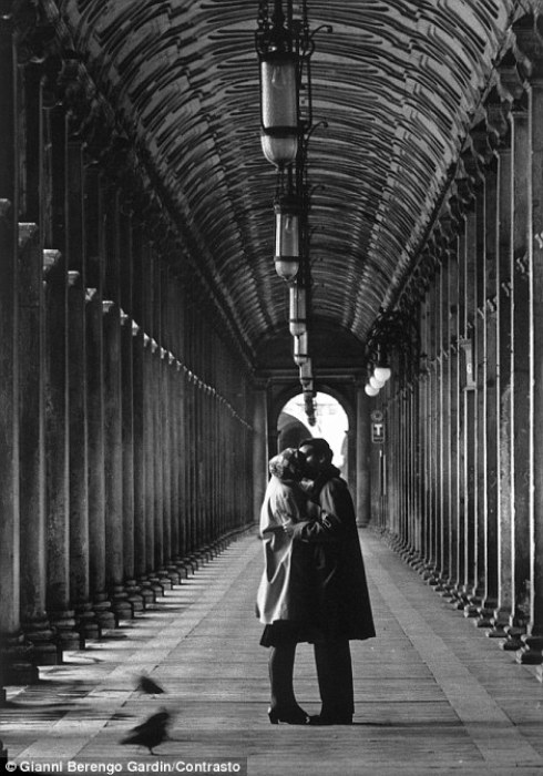 Снимок сделан на площади Святого Марка, Венеция, 1959 год. Фотограф: Gianni Berengo Gardin