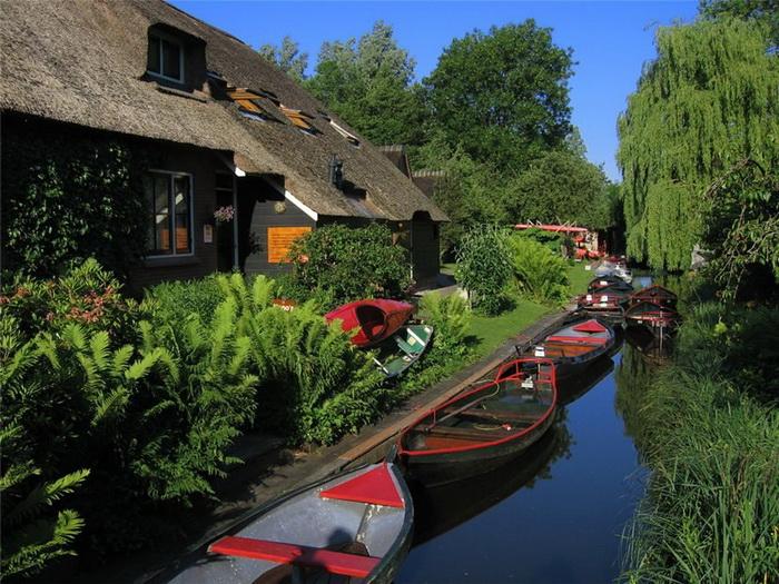 Одна из главных достопримечательностей деревни Гитхорн - бесшумные лодки