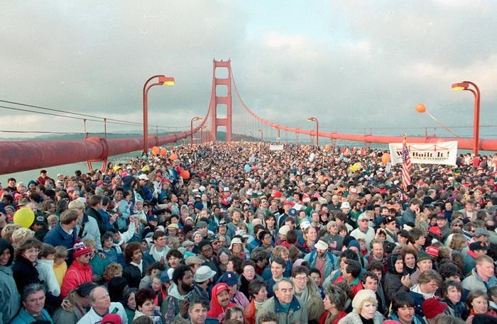 Более 300 тыс. человек прошли по мосту Golden Gate Bridge в 1987 г.