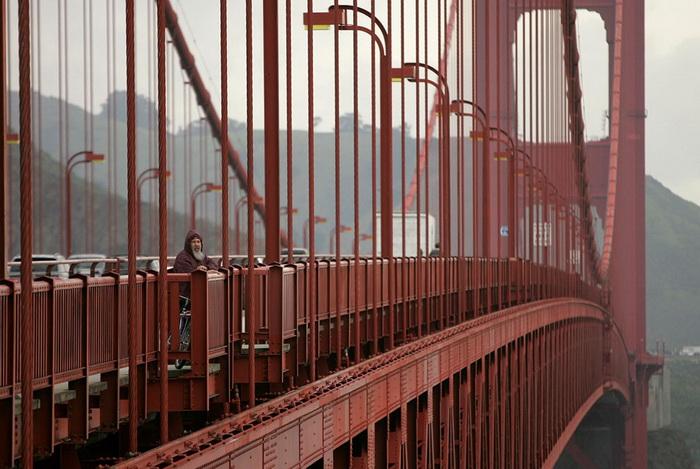 Кадр из документального фильма *Мост*