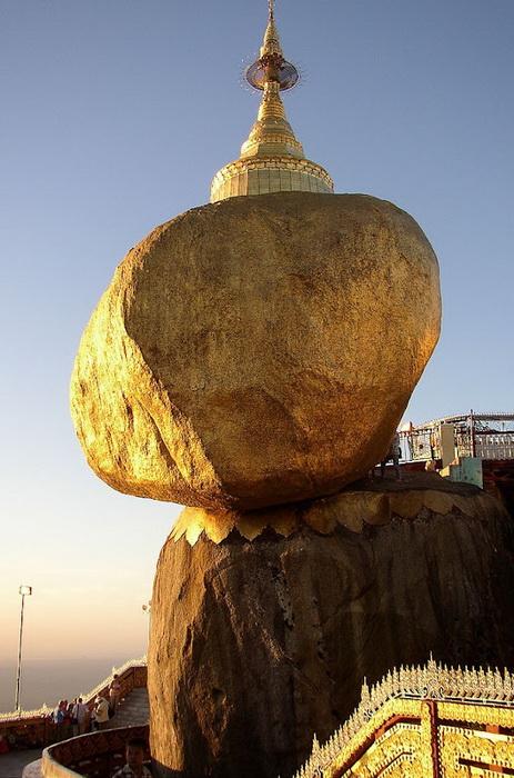 Священный буддийский камень Kyaiktiyo