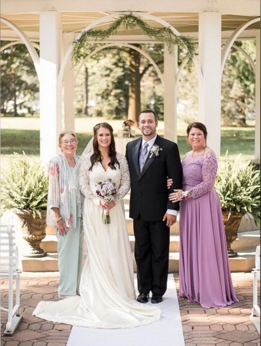 Очаровательная невеста в свадебном платье своей мамы и бабушки.