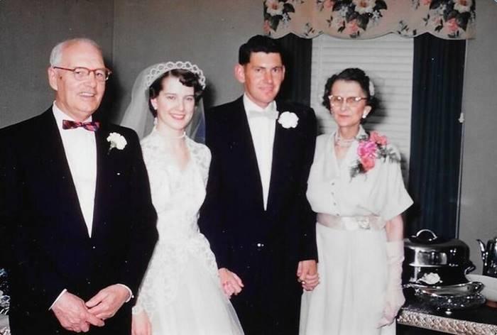 Свадебное фото дедушки и бабушки сделано 63 года назад.