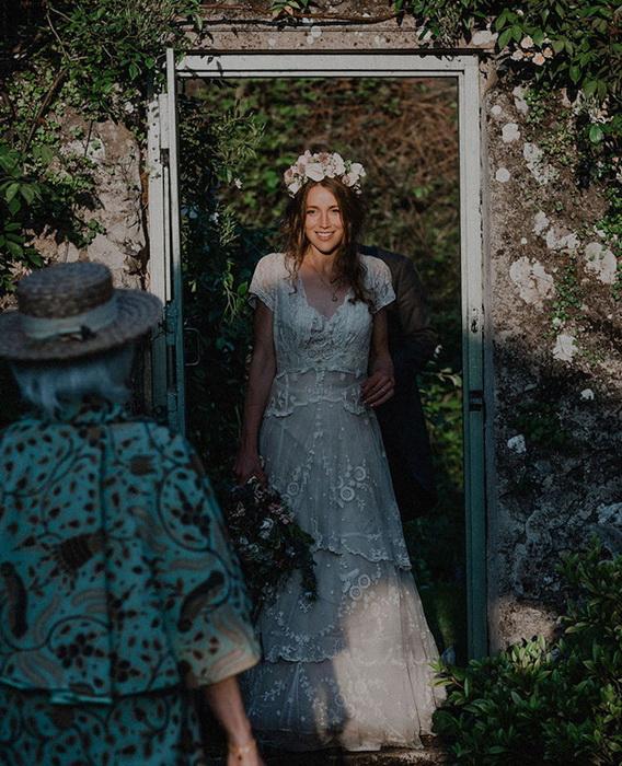 Бабушка рада видеть внучку в свадебном платье.