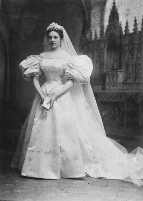 Невеста № 1: Мэри Лоури, которая вышла замуж за Джона Уоррена Бродфилда в 1895 году.