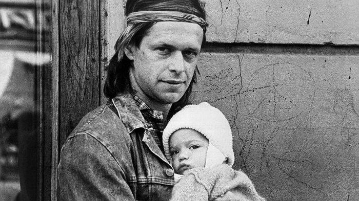 Борис Гребенщиков с сыном Глебом у кафе Сайгон. (Ленинград, 1980-е). Фото: Kommersant.ru