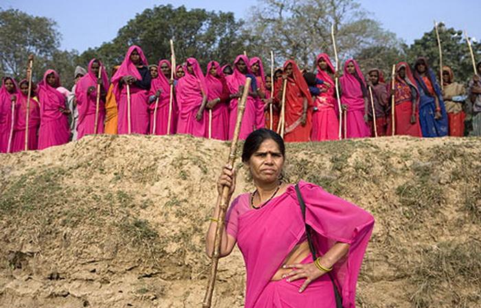 Женское объединение Gulabi Gang в Индии